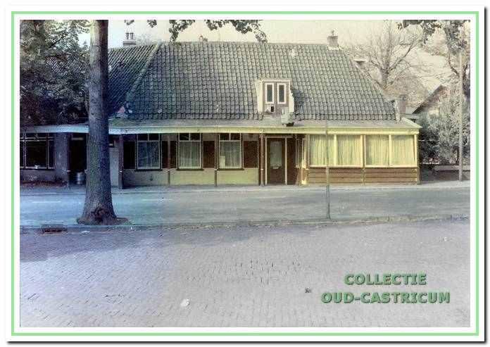 Café-restaurant Broksma op de hoek van de Burgemeester Mooijstraat en de Dorpsstraat 42 in Castricum.