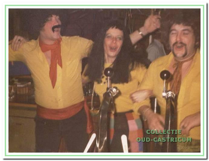 Carnaval in 1974 in de Pjotrbar. V.l.n.r. barkeeper Johan Baartsma, Jenny en Piet Bettink.