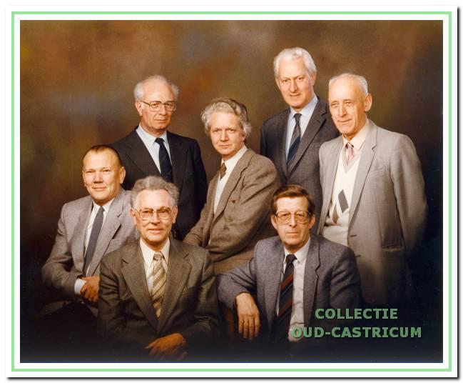 Het eerste bestuur van de Stichting Biljart- en Bridge Centrum. Dit zijn vertegenwoordigers van Bridgekring 1966, Biljartvereniging WIK en de Biljartvereniging voor Ouderen.