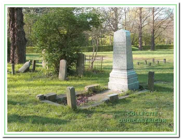 Het vervallen graf van Dr. J.W. Jacobi op de gesloten begraafplaats van Duin en Bosch. De Werkgroep Oud-Castricum voert actie om tot herstel van dit grafmonument te komen.