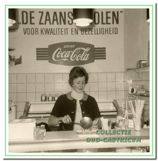 De Zaanse Molen (Dorpsstraat 96) in zijn beginperiode, als snackbar, met Annie Kortekaas achter het buffet.