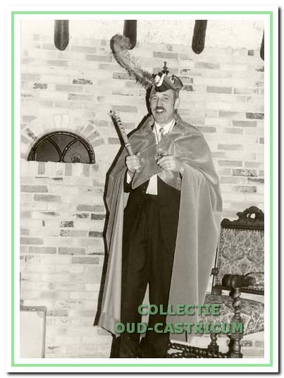 De eerste staatsiefoto van prins Gajus in de gordijnen van Piet Kuijs (1972).