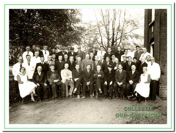 Mannelijke patiënten en personeel van Duin en Bosch tijdens de evacuatie periode in Groot Graffel te Warnsveld tijdens de tweede wereldoorlog.