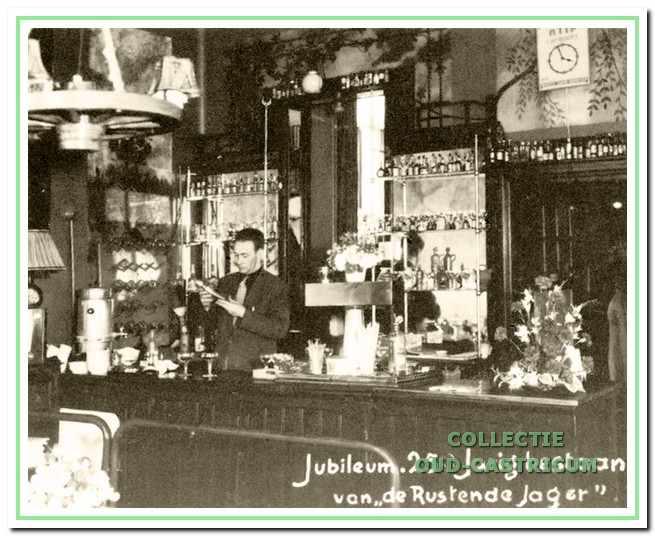 Libert Eggers junior achter het buffet op de dag van het 25 jarig jubileum, 1 juni 1953.