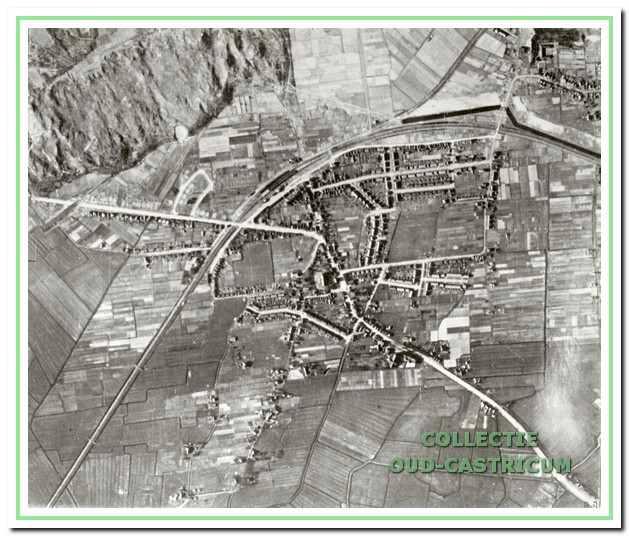 Een luchtfoto van begin 1945; duidelijk zijn de gesloopte huizen ten westen van de Beverwijkerstraatweg te herkennen; dit geldt ook voor de tankmuur, het begin van de tankgracht, de kantelblokversperringen in de Vinkenbaan en de Beverwijkerstraatweg.