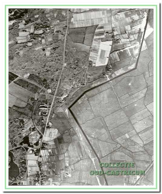 Luchtfoto van begin 1945 links onder het duinmeertje.