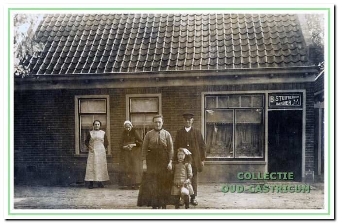 Grietje Lute en (Grote) Bertus Stuijbergen omstreeks 1915 met dochtertje Guurtje voor hun kapperszaak in het inmiddels gesloopte pand Dorpsstraat 93.