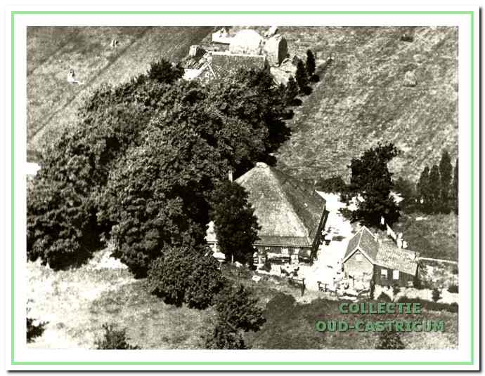 Luchtfoto van Starrenburg en de boerderij van Hendrik Twisk; beide nog omgeven door weiland.