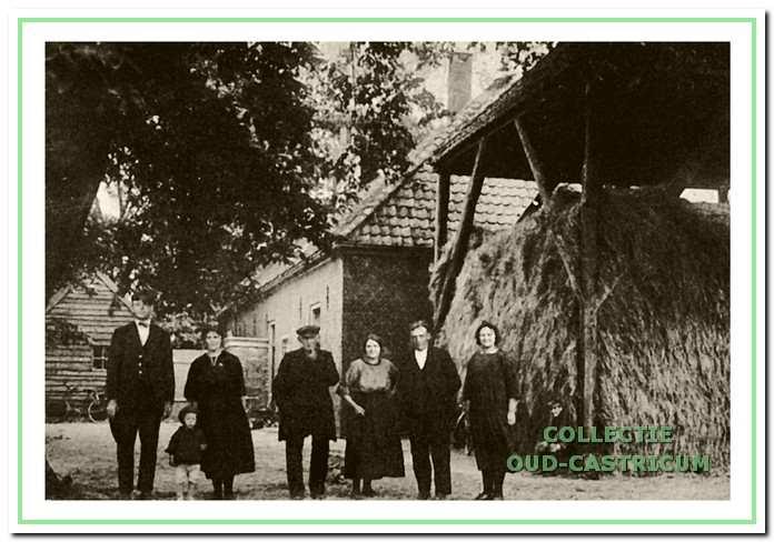 Hendrik Twisk met familie en schoonfamilie aan de westzijde van de boerderij. V.l.n.r. zwager Petrus Beentjes met echtgenote Catharina Schouten en zoontje Bank, vader Willem Twisk, Dieuwertje Schouten en echtgenoot Hendrik Twisk en schoonzus Maria de Winter - Schouten.