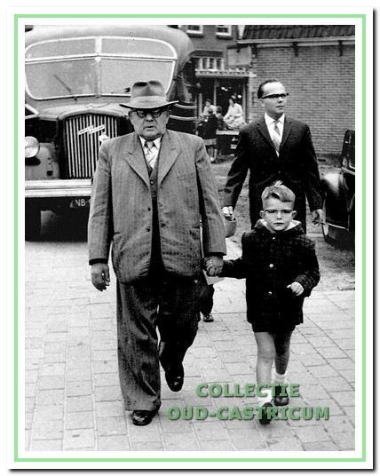 Floris Twisk met kleinzoon Floris op weg naar de kermis in Bakkum. Achter hem loopt Engel.