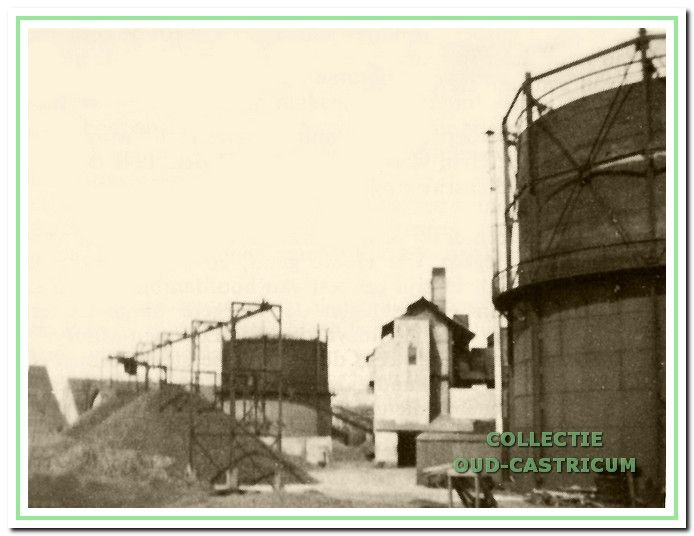De opslag van kolen en/of cokes achter de fabriek.