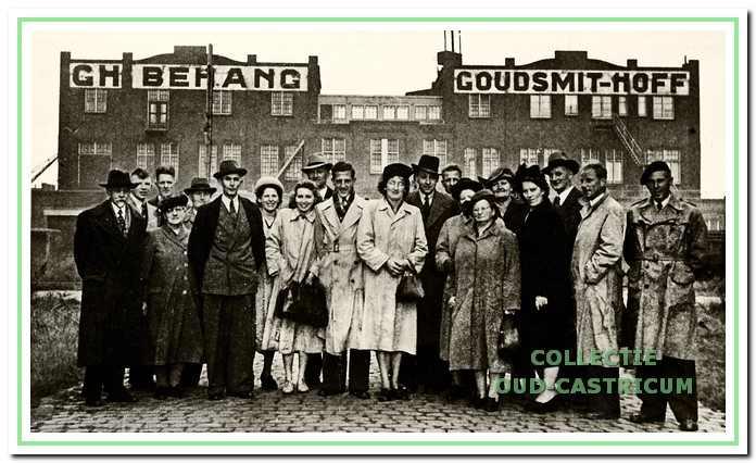 Excursie van de schildersvereniging St. Lucas naar de behangfabriek Goudsmitt-Hoff in Amsterdam op 18 oktober 1950.