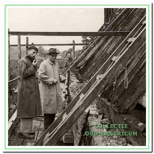 De architect H.F. Rappange (r.) en W.J. Reder (l.) inspecteren de zuidgevel. De heer Reder heeft in belangrijke mate bijgedragen de bouwgeschiedenis van de kerk te achterhalen en te beschrijven.