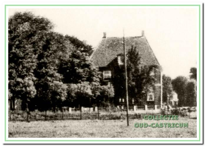 Gezicht op de voorgevel van de pastorie aan de Overtoom. Na her vertrek van Ds. Cannegieter in 1955 is de pastorie niet meer gebruikt en is vervolgens het karakteristieke pand gesloopt.