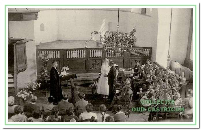Dominee Papineau Salm zegent op 5 juni 1958 het huwelijk in van het echtpaar S. Mooy en H.A. Snel.