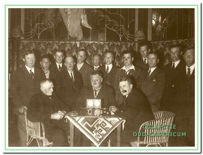 afb. 11 De damvereniging omstreeks 1930 bijeen in cafe Van Bentem (hoek Dorpsstraat-Burg. Mooystraat); Cor Peperkamp, de voorzitter, achter het tafeltje met Cees Brakenhoff (links) en Wiebe Buimer (met pijp). Staand v.l.n.r. 1e en 1e onbekend, Gerrit Sprenkeling, Henk de Haan, Piet Ruiter, Pieter Schenk, Willem Baars, Gerard Essing, Gerrit de Nijs, Sjaak Cools, Cor Orij en Ab de Zeeuw.