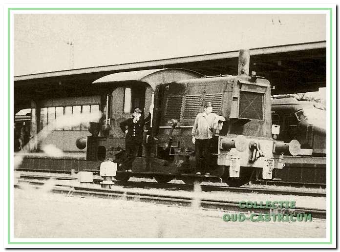De locomotor 'de Sik' met 'sikkebaas' en rangeerder in 1957.