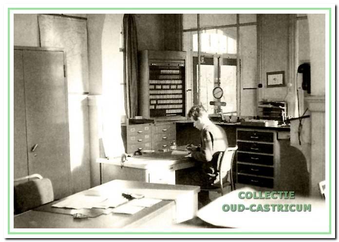 lnterieurfoto van het oude kantoor met de kast met 'Edmonson '- spoorkaartjes. De 'Edmonson '-kaartjes werden in de 'composteur' van een ingedrukte datum voorzien. Alle trein- en rangeerbewegingen werden met de hand gedaan.