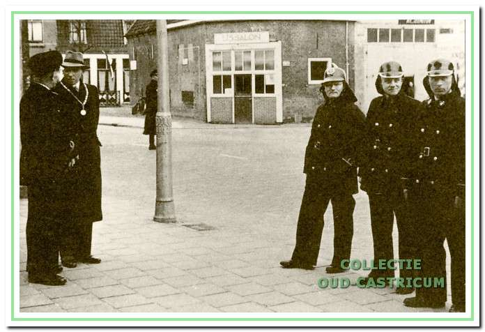 Brandweerlieden voor het gemeentehuis in 1949. V.l.n.r. commandant Dorus de Groot, burgemeester Smeets, Gerrit Ronk, Ber van Benthem en P. van Maarleveld. Op de achtergrond de voormalige doorrijstal, waarin toen de ijssalon van Niek de Groot was gevestigd. In een gedeelte van de doorrijstal was tot 1955 de brandweerkazerne ondergebracht.