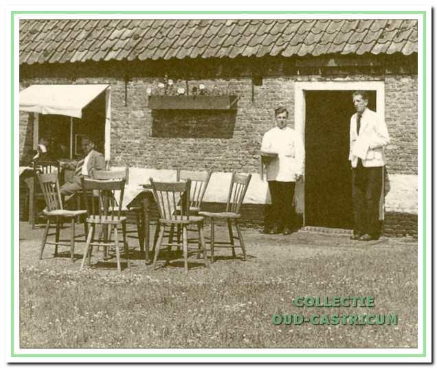 Bij 'Het Oude Huis' toen het nog als theehuis in gebruik was; bij de deur Willem Kuijs (rechts) en een patiënt van Mannen I.