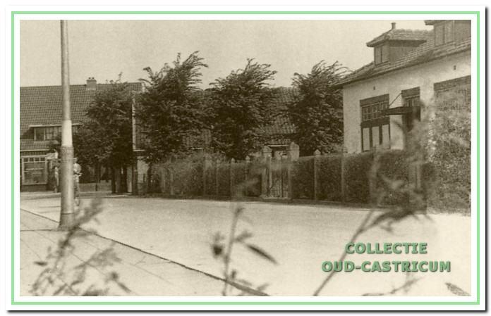 Links op de achtergrond de bakkerij van Hemmer aan de Ruiterweg. Het eerste huis op de hoek van de Mient was rechts woonhuis en winkel 'de kleine winst' van Simon Stuifbergen, eerder van zijn vader Bertus Stuifbergen (op schets nr. 22). In het ernaast naast staande witte huis woonde Hendricus Zandbergen (op schets nr. 23).