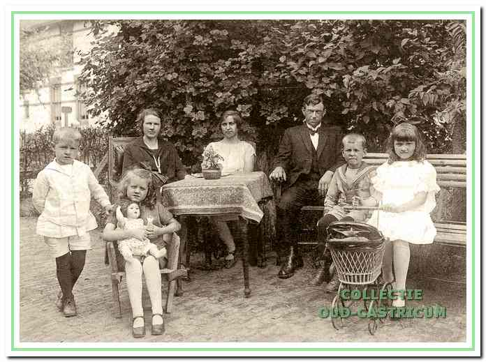 Jan Steeman en Maria Mooij in 1926 met hun kinderen.