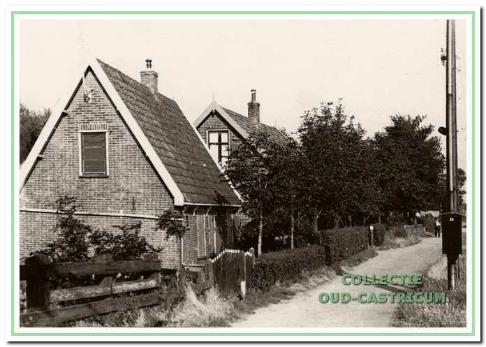 Vanaf de spoorlijn aan de noordzijde van de Eerste Groenelaan de huisjes van Comelis Zonneveld, Eerste Groenelaan 25 en van Pieter Groentjes; later woonde hier Jan Nieuwenhuizen, Eerste Groenelaan 24.