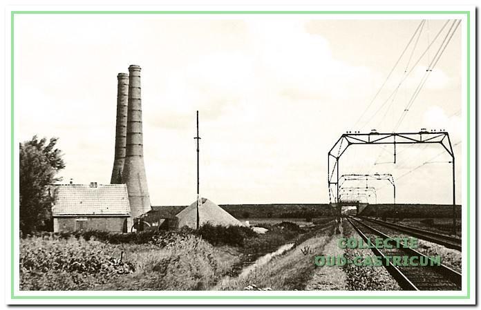 De kalkovens grensden aan de oostkant tegen de spoorlijn. Links op de foto de blusschuur.
