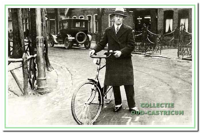 Leopold Leitner op de hoek van de Burgemeester Mooijstraat en de Dorpsstraat.