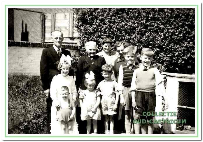 Het gezin Leitner bij de eerste communie van An, v.l.n.r. vader Leopold, tante Anna Zonneveld - De Graaf, moeder Geertruida, tante Annie Travnicek, Norbert en Leo, bruidje An met neefje Gerard Travnicek, Tonnie en René (onder).