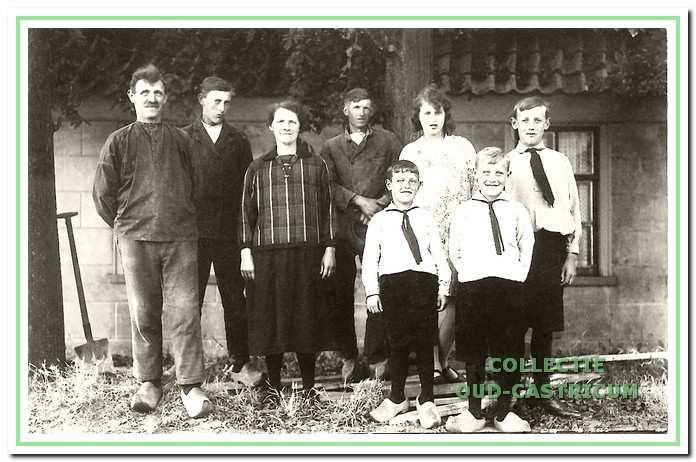 Deze foto is gemaakt op dezelfde dag in 1928 mei v.l.n.r. vader Reinier, zoon Piet, Jansje Duijn - Bakker, Jaap Groot en de kinderen Gerard, Truus, Jo en Jaap.