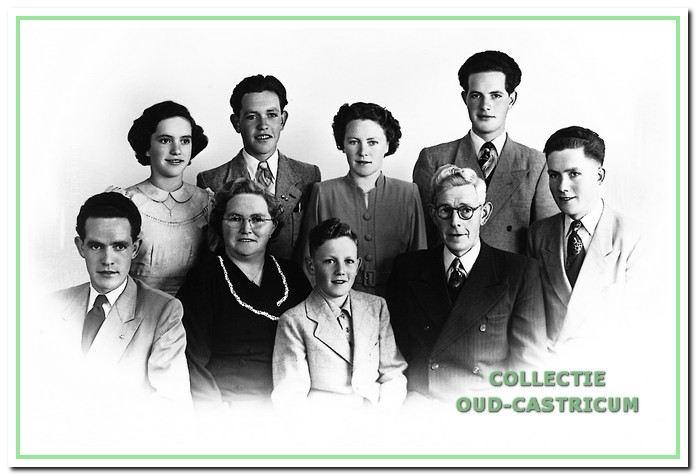 Het gezin Gijzen in 1952, v.l.n.r. Niek, Conny, moeder Corrie Molenaar, Gerard, Wim en Gré, vader Wim, Piet en Cor.