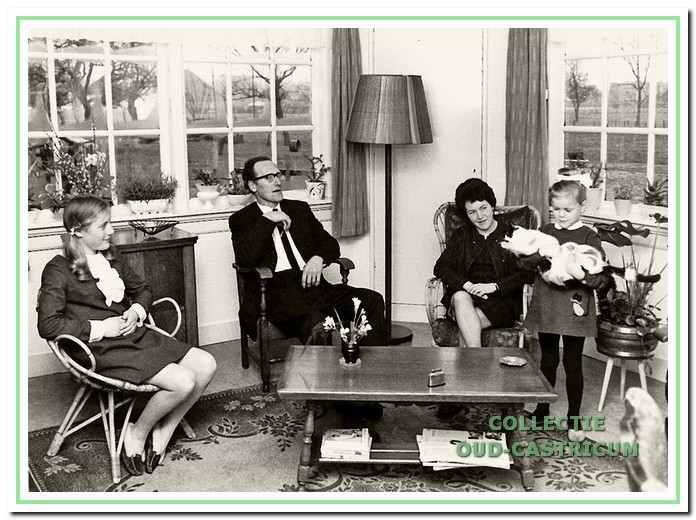 Het gezin van de vertellers met de dochters Ans (links) en El (rechts).