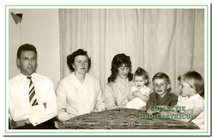 V.l.n.r.: Siem, zijn vrouw Cornelia de Wit en de kinderen Tinie, Annet, Nico en José in 1962.