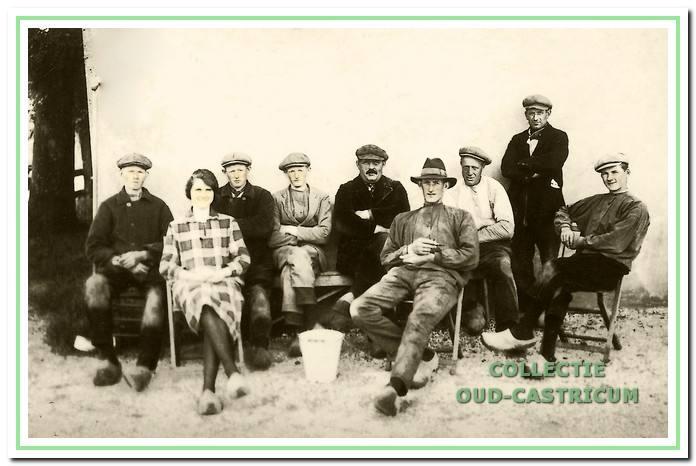 'Buurten' achter het Commissarishuis aan de Zeeweg (ongeveer 1925). V.l.n.r.: Cor Veldt, Annie Zonneveld, Piet Veldt, Gerrit Veldt, Willem de Groot, Klaas Veldt, Gerrit Zonneveld, Piet Beentjes en Jaap Veldt.