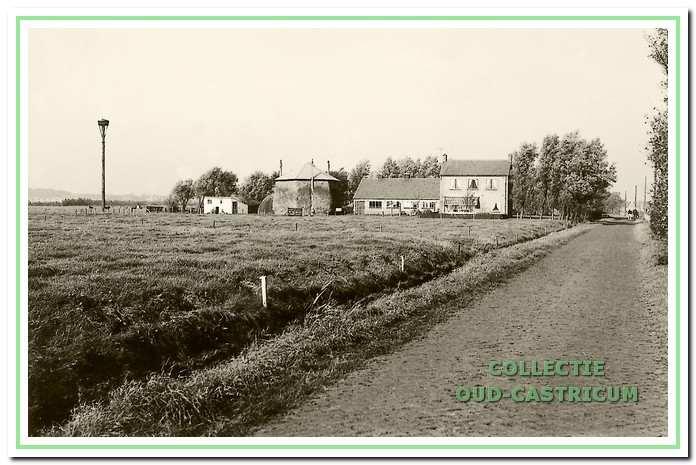 De boerderij van Piet Veldt zoals die na de oorlog aan de Brakersweg werd herbouwd. Nu staat, midden in het plantsoen, alleen het woonhuis er nog (boven ).