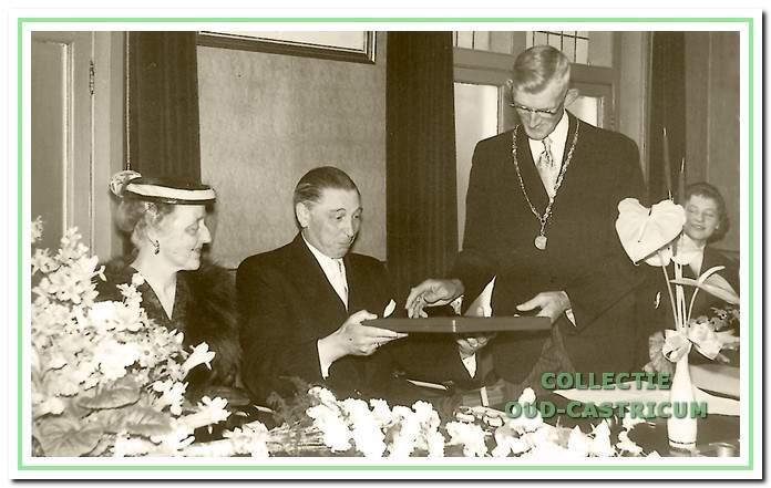 Wethouder en loco-burgemeester Veldt overhandigt op 16 mei 1958 een nieuwe ambtsketen aan burgemeester Smeets ter gelegenheid van diens 12,5-jarig ambtsjubileum.