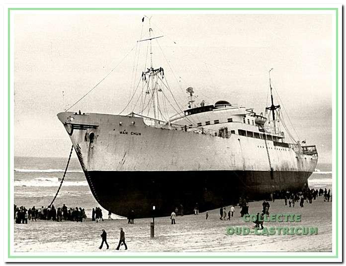 Het Chinese vrachtschip Wan Chun strandt op 13 november 1972 op de Castricumse kust.