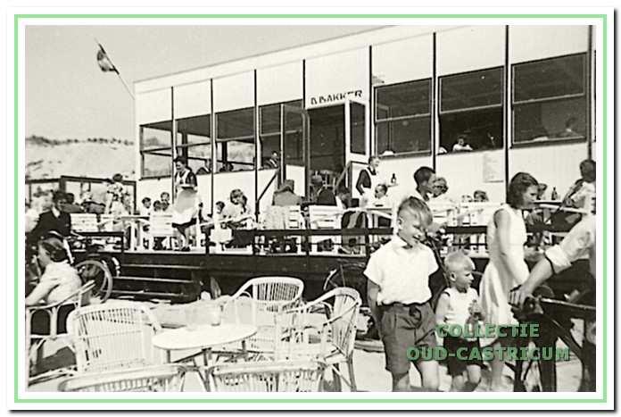 Een goede stranddag voor de familie Bakker in 1947.