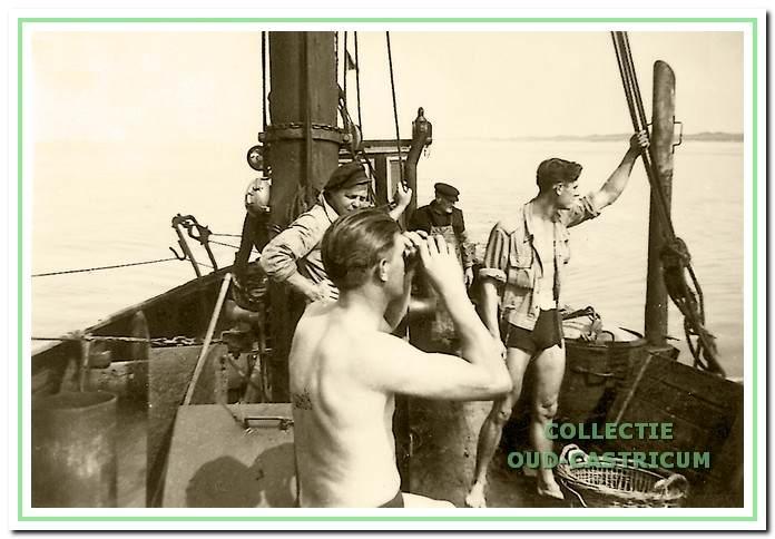 Aan boord van de vissersboot voor een maaltje vis, rechts staat Thijs.
