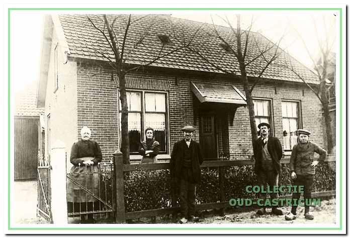 Het woonhuis van de familie Duijn in 1913 (zie 6). Links nog juist zichtbaar de achter de woning aanwezige boerderij. In 1990 is op deze plaats boerderij 'Duijnhoeve' van Gerard de Zeeuw verschenen. Op de foto V.l.n.r.: Trijntje Stet (wed. van Pieter Duijn), Door, Jan en Wub Duijn, en Joop Orij.