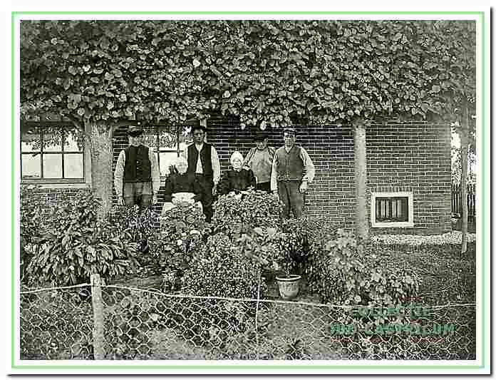 Foto omstreeks 1918 genomen voor de boerderij van de wed. Maartje Zonneveld - Levering. V.l.n.r. Hein Zonneveld, Maartje Levering, Kees Zonneveld, de buren Na (Anna) Gaarthuis en Gert Levering, en Engel Zonneveld (zie 17).