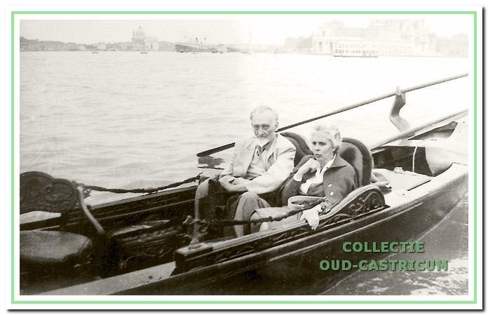 Mijnheer Kraakman en juffrouw Kelderman in Venetië op vakantie.