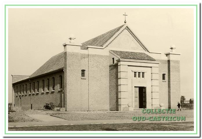 De Maria ten Hemelopneming kort na de opening in 1951, naar een ontwerp van architect ir. dr. Thomas Nix. Wegens geldgebrek was de pastorie er nog niet; die werd in 1954 opgeleverd.