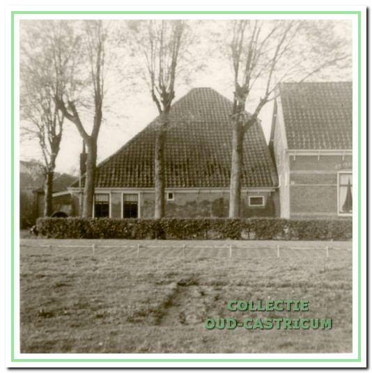 De oude boerderij van Klaas Bos aan de Ruiterweg 59 (links). Achter het meest rechtse raam (tussen boom en nummer 57) zat een verborgen schuur, die tijdens de oorlog werd gebruikt voor onder andere jenever stoken, slachten en het herbergen van onderduikers.