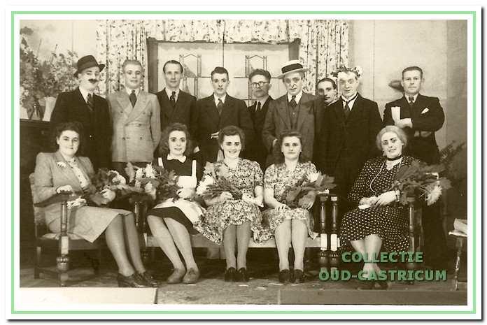 De spelers van 'Een Huis vol Herrie' met regisseur Cees Bodewes (staand, vijfde van links).