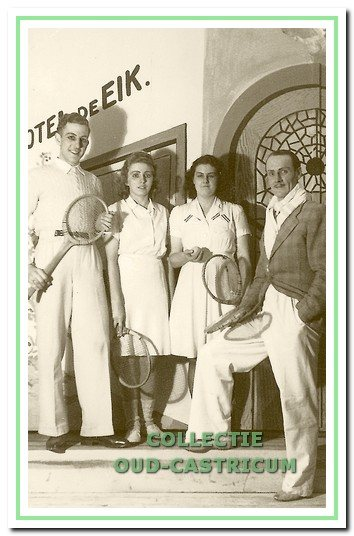 Een sportief plaatje uit 'De Privésecretaresse' (I94I) met V.l.n.r, het echtpaar Ah en Alie Weda - Res, Rie Huiberts en Paul Lute.