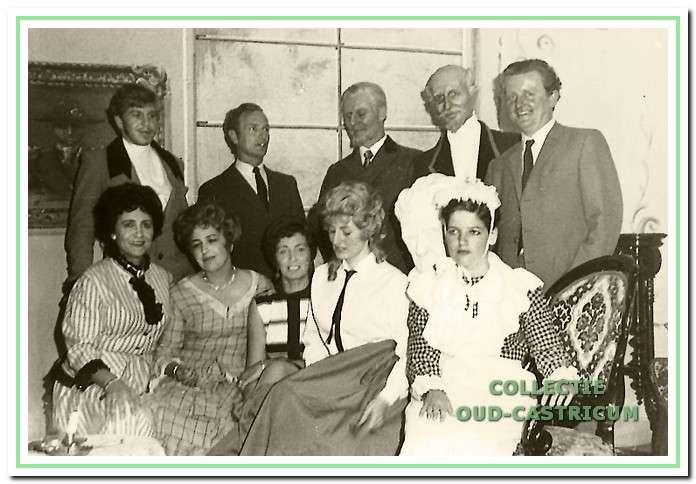 Op Koninginnedag 1968 werd 'Als het kindje binnenkomt' opgevoerd door V.l.n.r, staand Egbert Tates, (?), Henk Maas, Hans van Doesum en regisseur Nico Out, zittend Annelies Hopman, Elly Roetering, Aaf Bruinsel, Marjan Maas en Truus van den Boogaard.