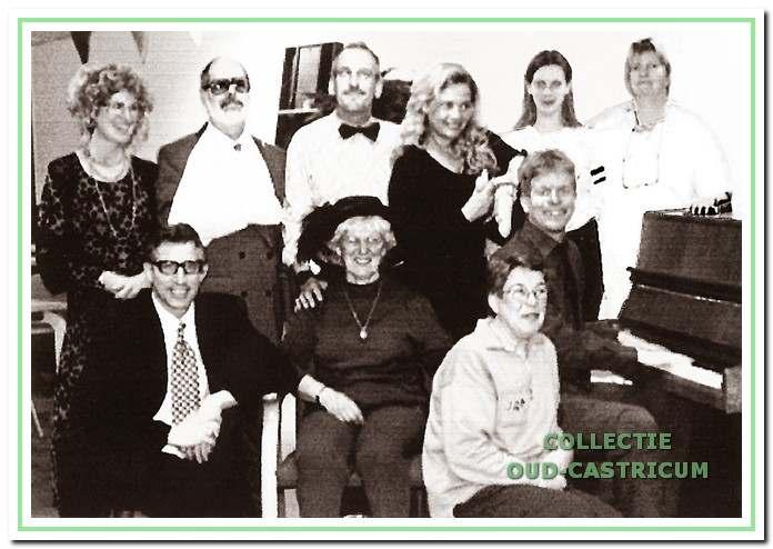 De tragikomedie 'Dwaasheid heeft haar eigen recht' werd ter gelegenheid van het 20-jarig jubileum gespeeld door v.l.n.r. staand Marianne Leguyt, Arie Klaase, Hans Kuijs, Peggy de Groot, Anke Hulsman, Thea van Wonderen en zittend Roelant van Ewijk, Irma Karssen, Hetty van der Linden en Martijn van Wonderen.