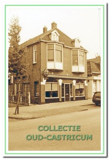 Foto van het pand Dorpsstraat 28-30 genomen na 1962, in welk jaar eigenaar Gerard Schellevis besloot om het 'terras onder de bogen' bij het café te betrekken.